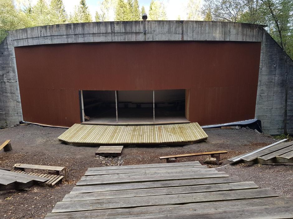 Den nye scenen i Kruttmølla skal innvies torsdag. Scenen med amfiet er bygget av dugnadsgjengen som er i Krudtværket hver tirsdag.