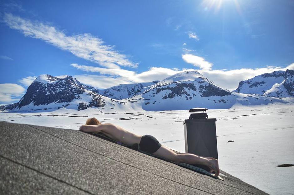 Hyttetaket på Reinsvassbu kan også fungere som solseng