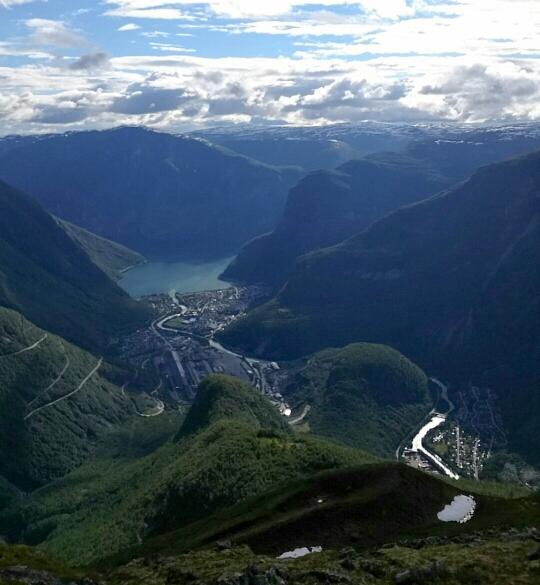 Utsikt frå Åsenosi mot Øvre Årdal
