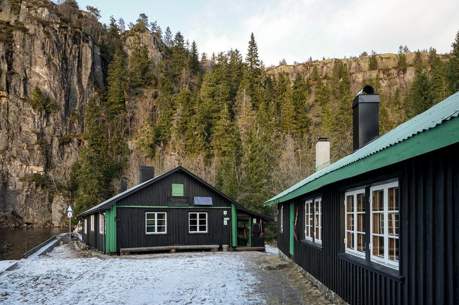 Ivarsbu mellom Store og Vesle Stølevann.