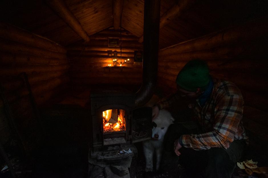 ULVASKOG: Fyr i ovnen på en sur dag, len deg tilbake og tenk på motstandsheltene som tilbrakte lange perioder i dekning på den godt skjulte koia i Ulvaskog.
