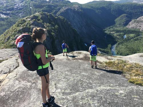 Rago najonalparkIda Lovise, Petter og Leander ser på utsikten etter 5 timers gåing. Snart belønning med bading i Litlverivatnet
