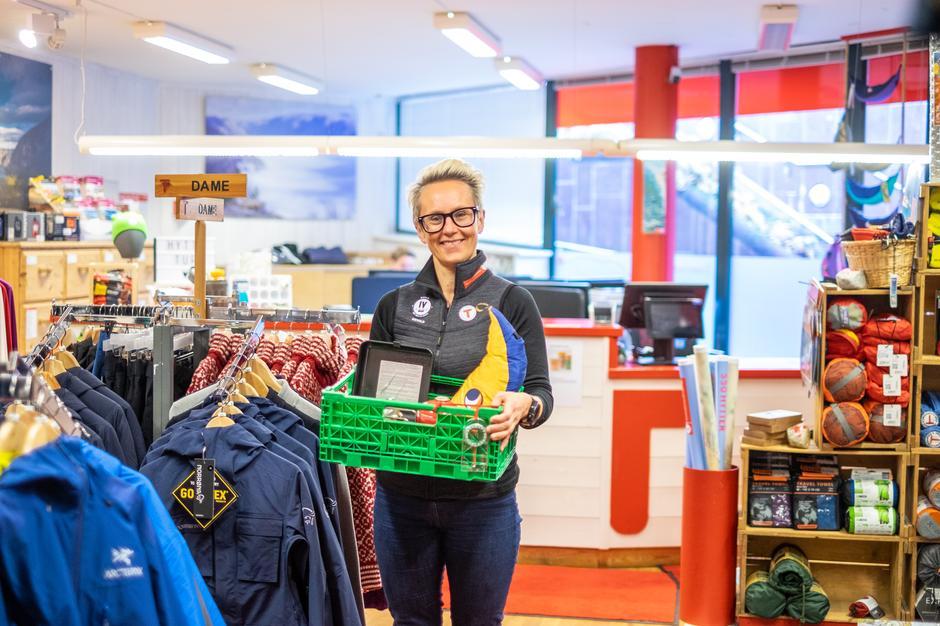 GLEDER SEG: Leder Kaja Raa Storaker på Tursenteret håper mange benytter tilbudet om å leie utstyr på Frilager og plukke det opp i butikken midt i Stavanger.