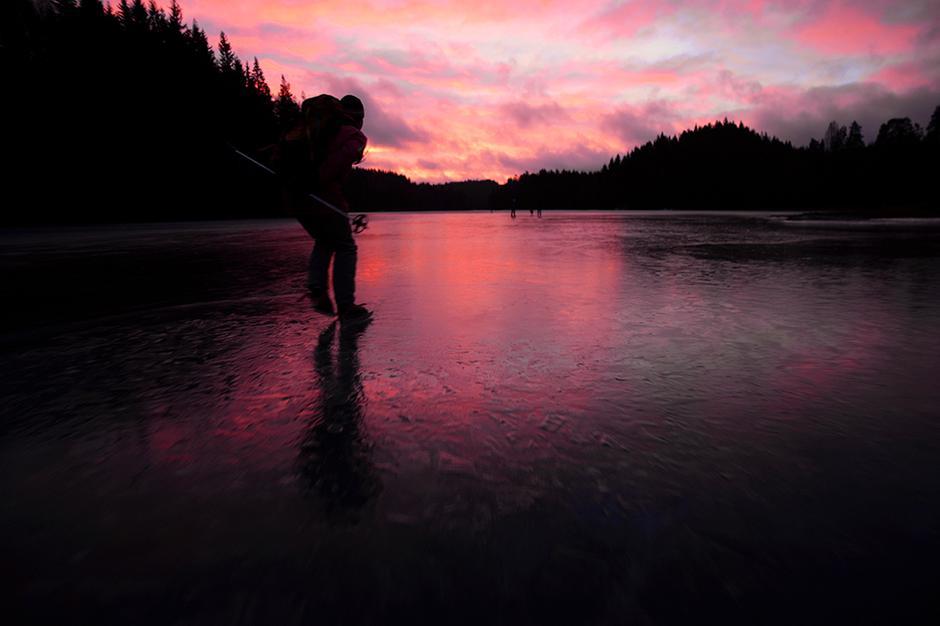 MORGENSTEMNING: Over Mønevannet og Fløyta på vei til Røyrivann. Mellom vannene ligger sundet Knurra, der isen kan være utrygg.