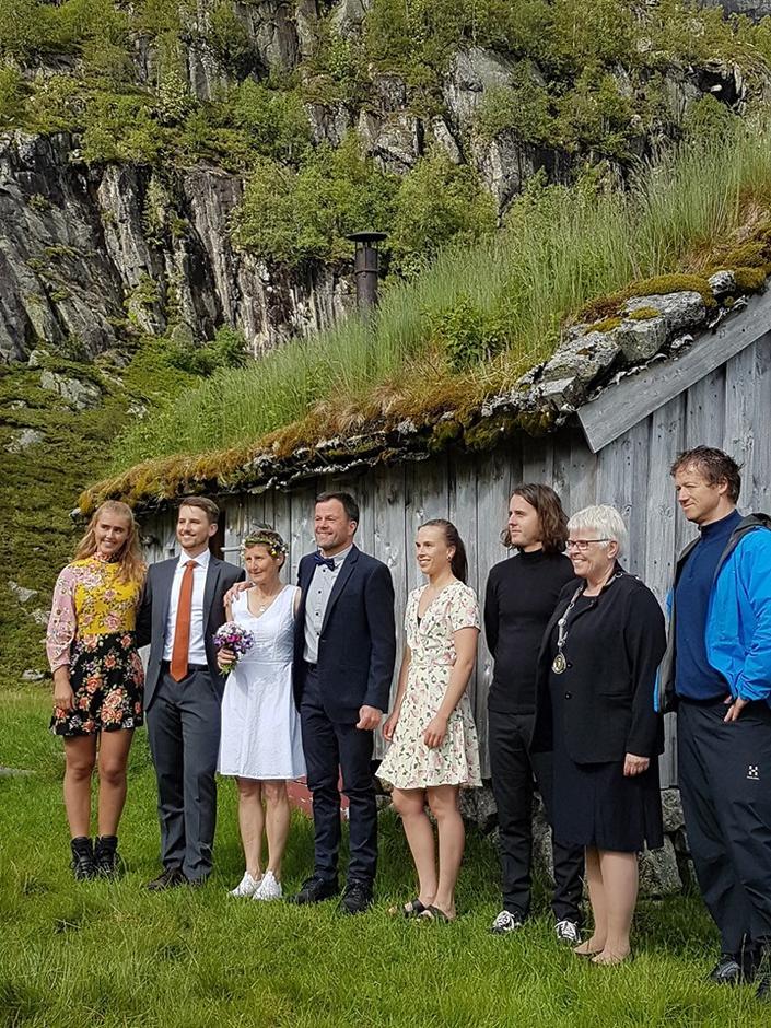 Brudeparet sammen med sine barn, som var deres forlovere, og ordføreren i Suldal, som viet dem.