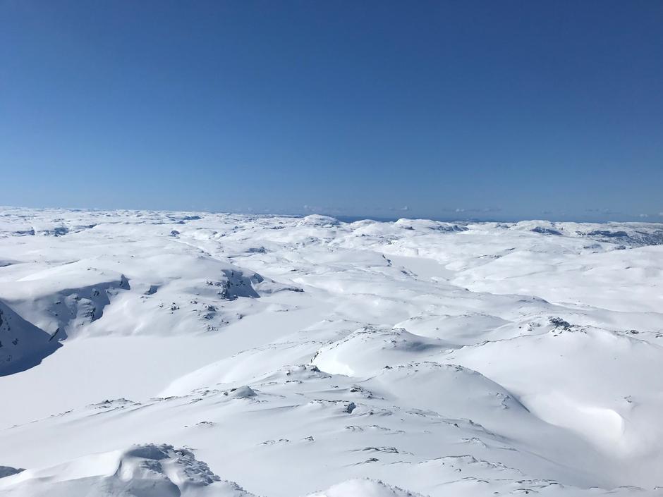 Utsikt fra Snønuten 29. april. Løypen til Krossvatn går over Kaldavatn til høyre i bildet.