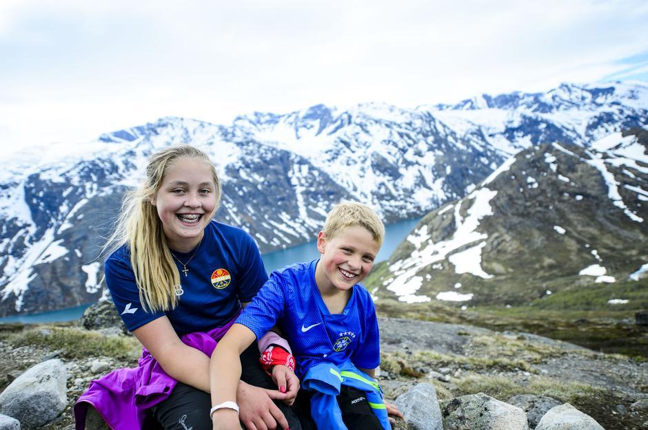 Nora Marie og Ole Einar Gjetrang på vei opp til Besseggen under Jotunheimen Fjellfestival.