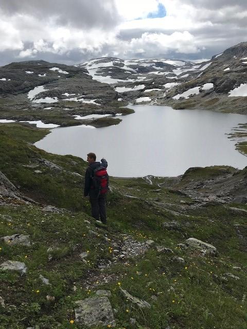 Ur og steinete nedstigning fra Vossaskavlen. Deretter fin sti. Austmannatjørni (1193 moh) i bakgrunnen.