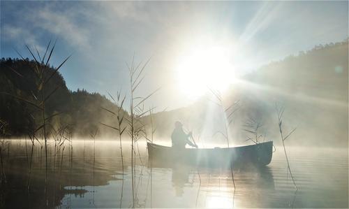 Ivrig og tidlig start en morgen i Uvdalstjønn (nedenfor Gygrestolen i Bø i Telemark) etter første natta med frost og kun kano som ly :P   05.10.16