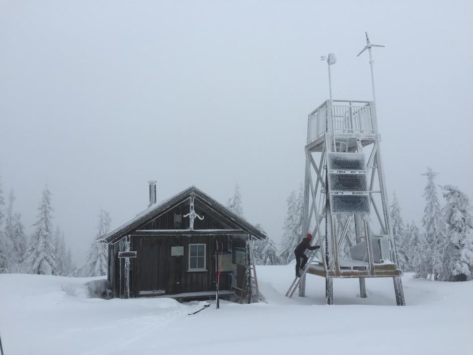 På toppen av Marifjell (717 moh) finnes et utsiktstårn og en liten hytte.