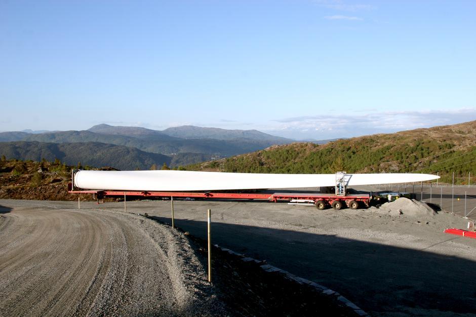 STORE INNGREP: Når turbinblader på 70 meter skal fraktes inn i terrenget, trengs det brede, rette  veier, og fjell blir sprengt bort.
