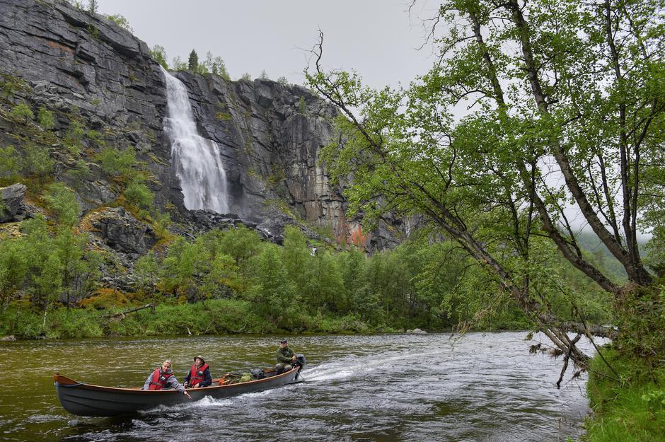 Redusert pris på elvebåt opp Reisaelva er bare én av fordelene du får som medlem av Troms Turlag.