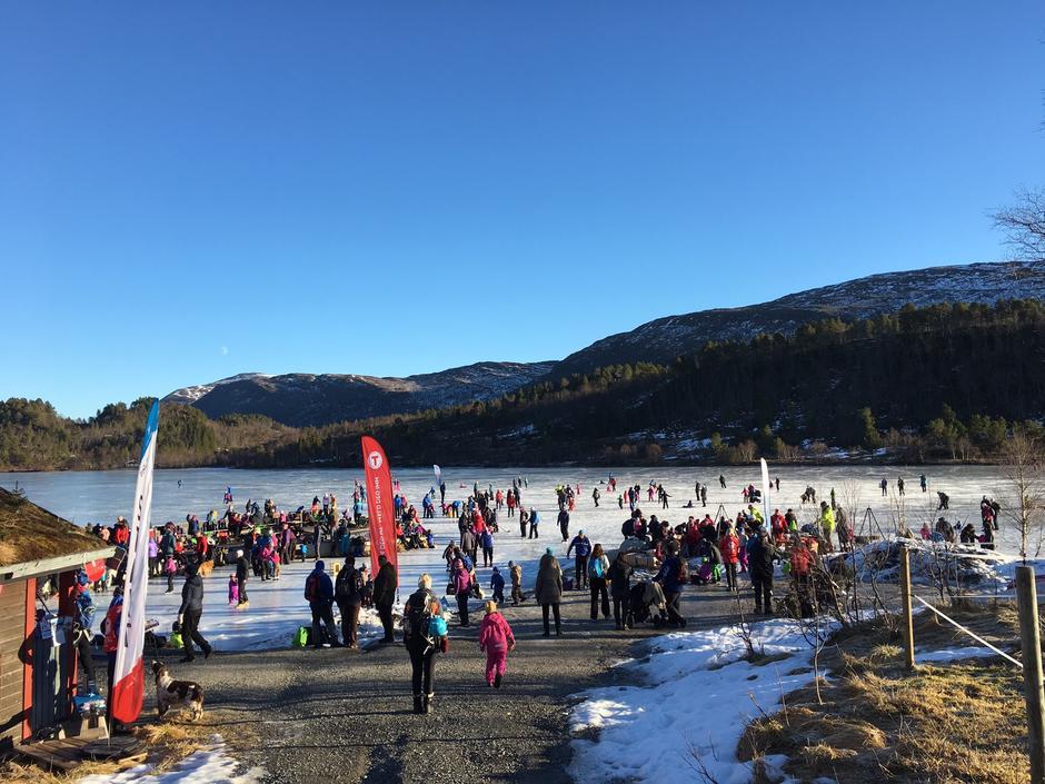 Folkeliv på isen på Skarvatnet