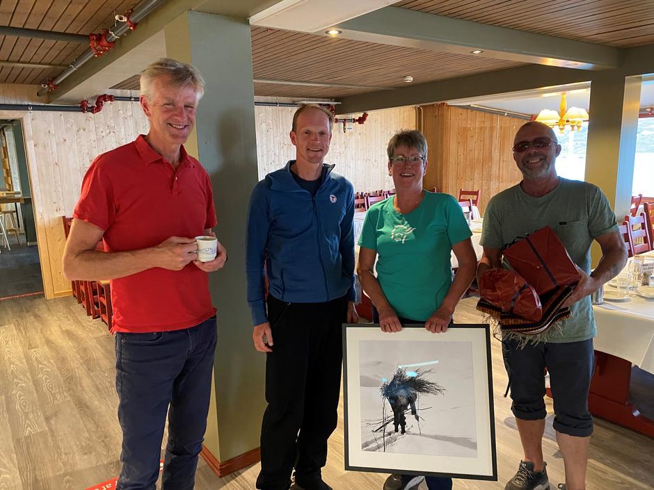Jan-Mathys Truyen og Christian Reusch fra DNT Oslo og Omegns styre poserer sammen med bestyrerne Rigmor og Edvard.