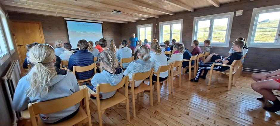 På Krækkja har vi konferansesal som kan benyttes for større grupper og lag. Her har Geilo NTG forelesning.