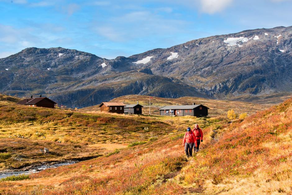 Ramsjøhytta i Sylan ligger praktfullt til, omgitt av mektige fjell. Området rundt hytta byr på mange og varierte turmuligheter.