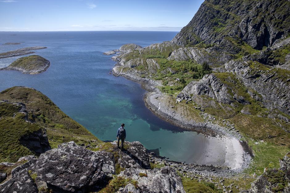 På Helgelandskysten er det mulig å hoppe fra øy til øy med båt, og gå på topptur langt utenfor allfarvei.