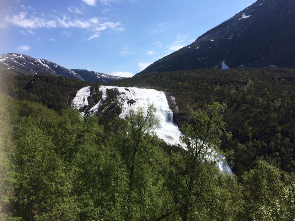 28. mai: Husedalen er litt av ett skue nå i snøsmeltingen. På stien mellom Kinsarvik til Stavali Turisthytte.