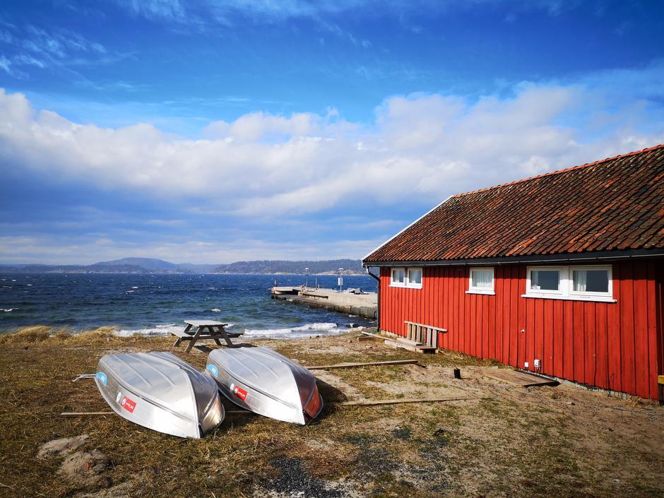 Sjøbua, en av hyttene på DNT Øitangen, med flott utsikt.