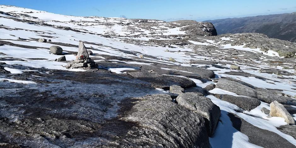 Fremdels litt snø og is på stien til Kjerag. Husk at det enda er kaldt i høyden.
