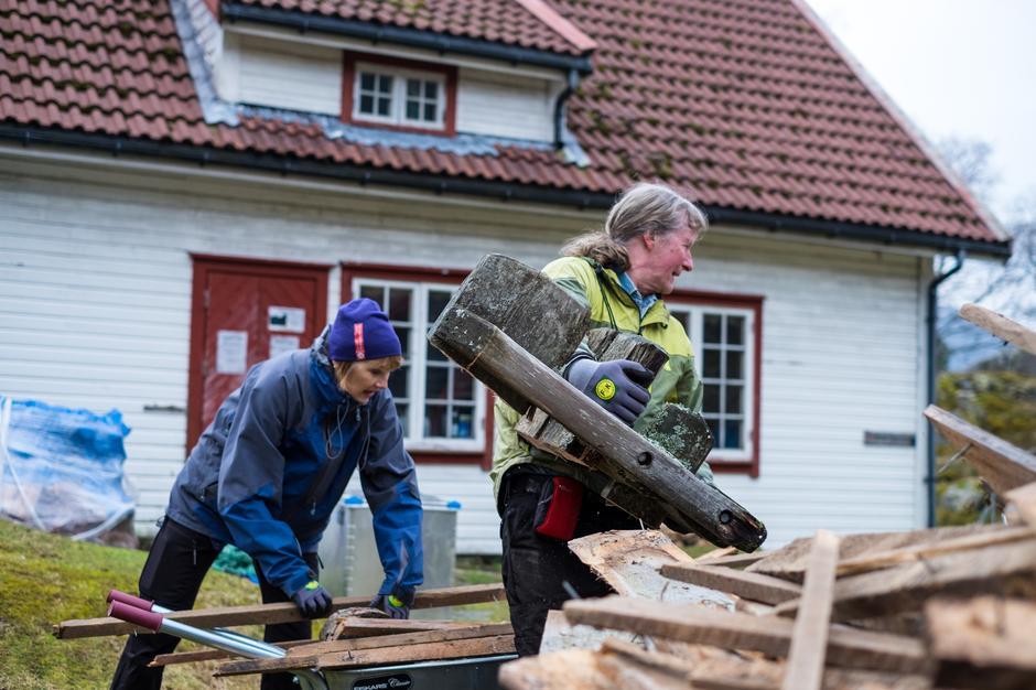 DUGNAD: Else Nygård og Børge Haga reiste inn for å bli med på den første dugnadshelga på nye Bakken gard.