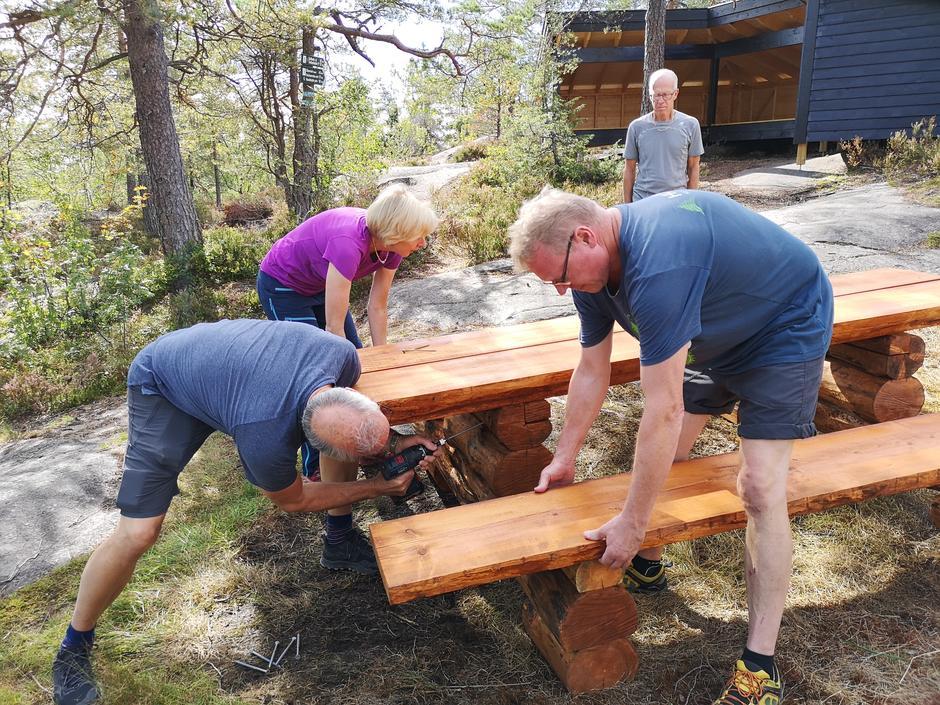 Robuste bord laget av frivillige i Skar leir monteres.