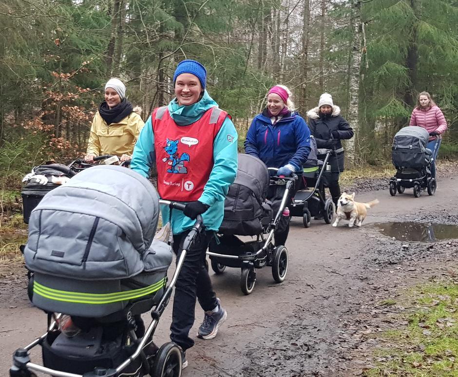 Turleder Christine Libach guider gjengen på trillevennlig sti.