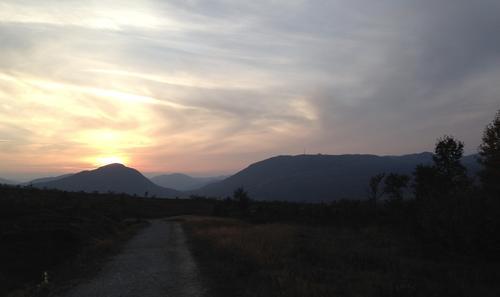Høstlig og kjølig solnedgang bak Hovdenut. Nos til høyre. Sett fra austheia på vei ned fra Børtemannsbekken, Hovden i Setesdal.