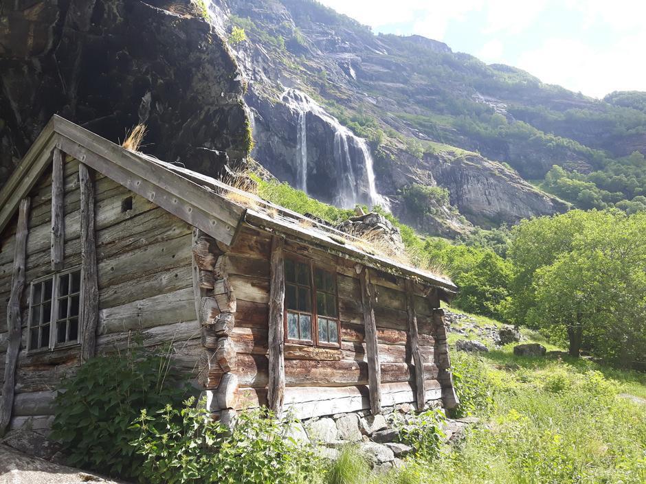 Almastova. Ett av de flere 100 år gamle husene i Aurlandsdalen. Aulandsdalen var en viktig forbindelse mellom øst og vest i gamle dager.
