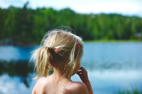 Sommerglede for en liten jente på to var å plaske og bade i dette vannet langt inne i Telemark.