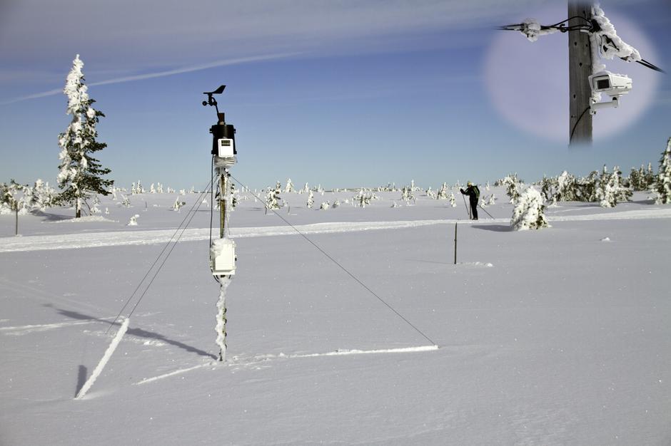 Værstasjonen på Stenfjellet, med kamera innfelt oppe til høyre.