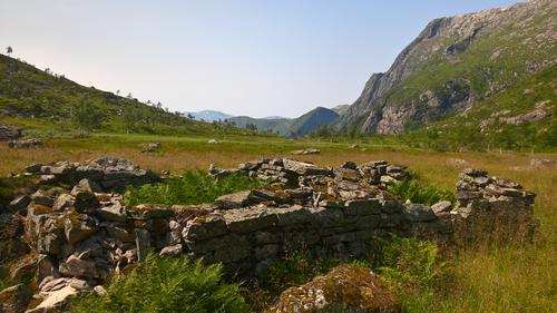 Gamle steinmurar i Brudalen