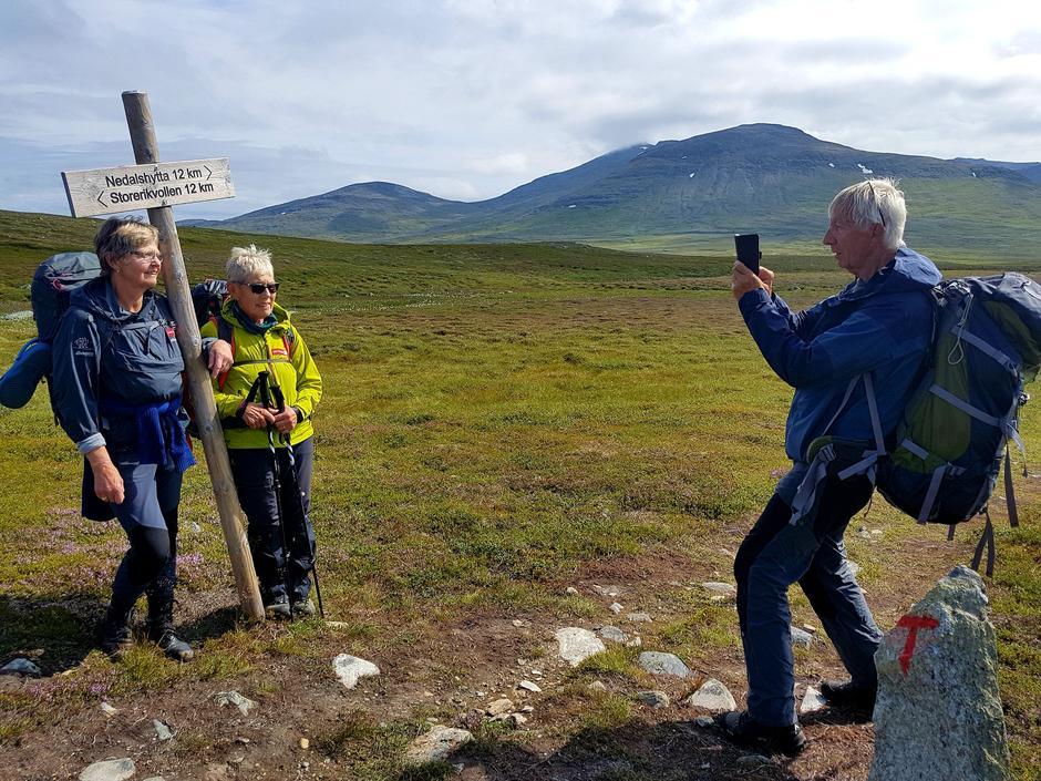 Evelyn Christiansen og Aud Sørensen er halvveis til Storerikvollen og fotograferes av Per Stubbraaten.