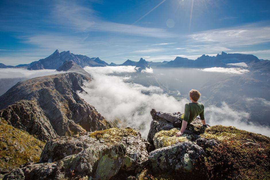 Over tåka og hverdagen. Sol og ubetalelig utsikt på Romsdalseggen.