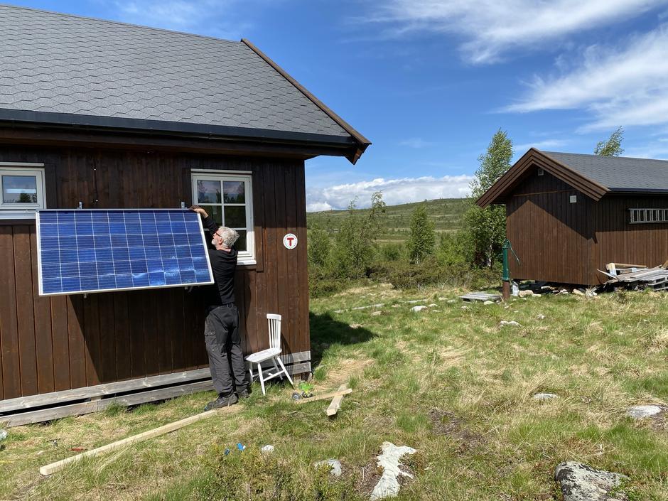 Leif er solstrømansvarlig, og monterer nytt panel