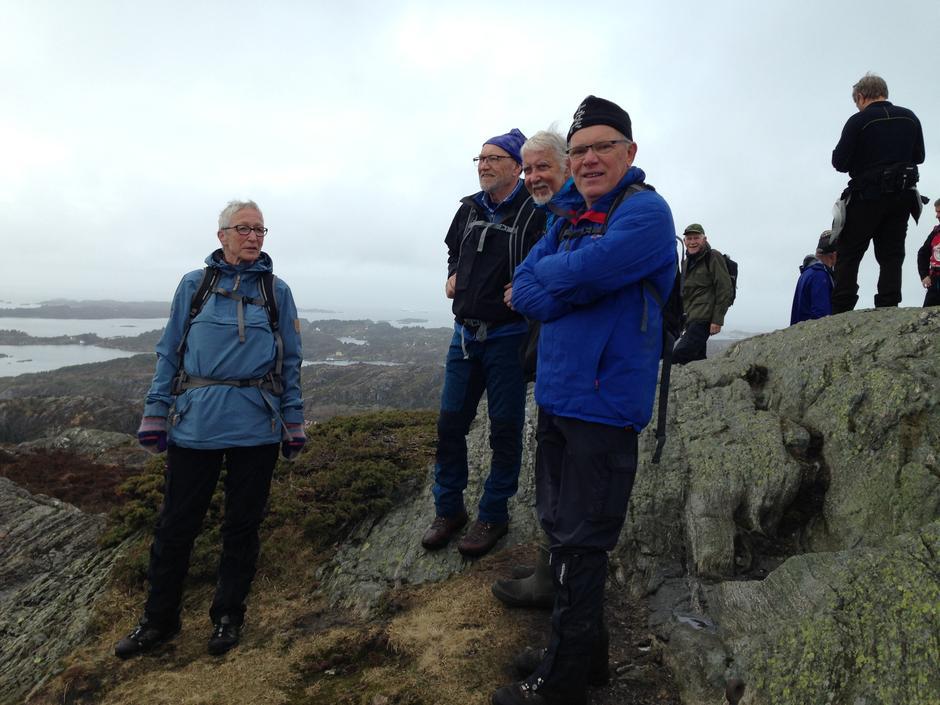 Turdeltagere nyter utsikten fra den vestre toppen.
