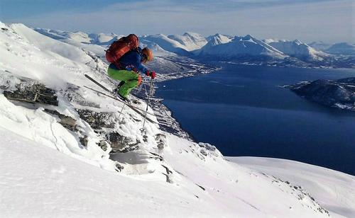 Vidar Eggimann ser sitt snitt til å lufte skia ned fra Blåtind.