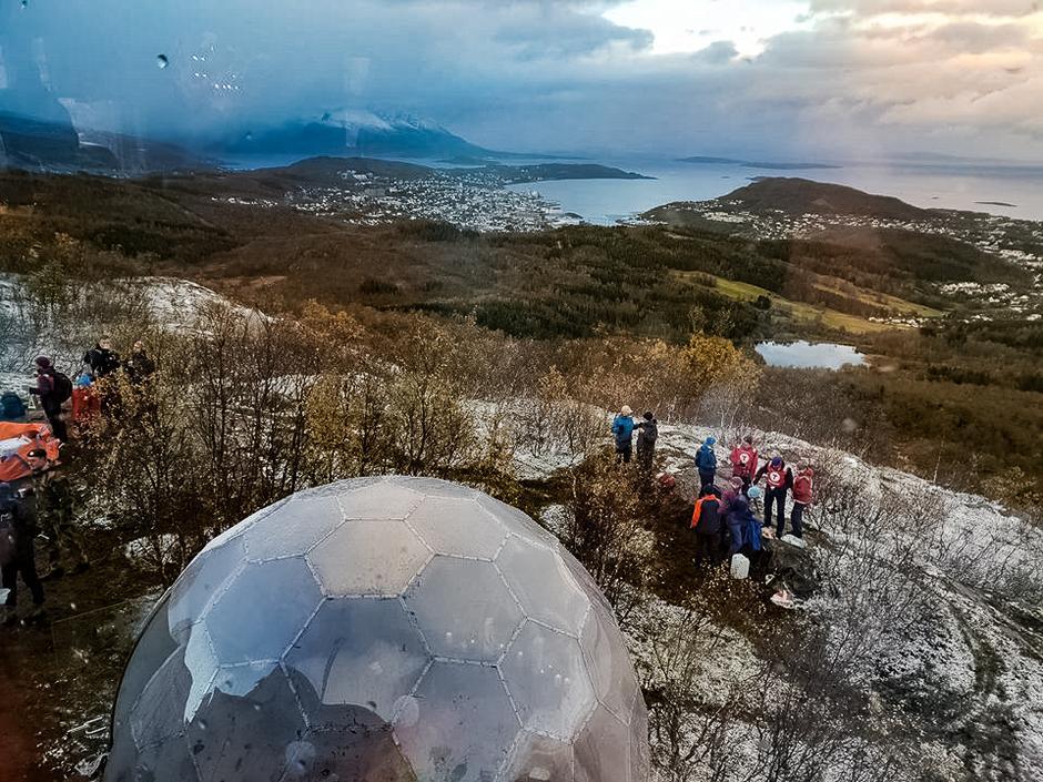 Vikingdomen og utsikten sett fra innsiden av Maistua.