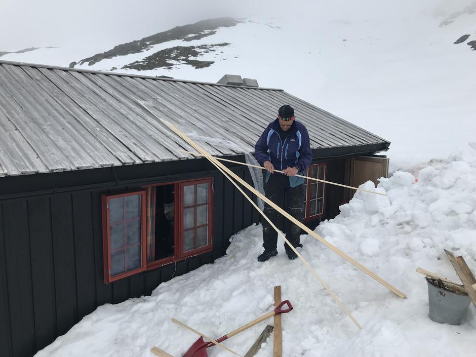 Svein Sivertsen i arbeid med taket.