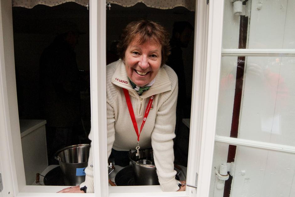 Ordfører Marianne Borgen åpnet den nye hytta på Dølerud.