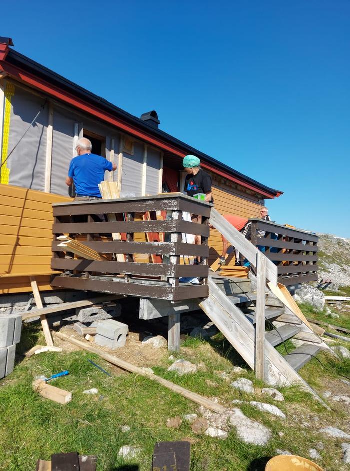Valter Jensen og Ellen Marie Ingulfsvann med flere etterisolerer og skifter bordkledning i sommer på Ringvassbu.