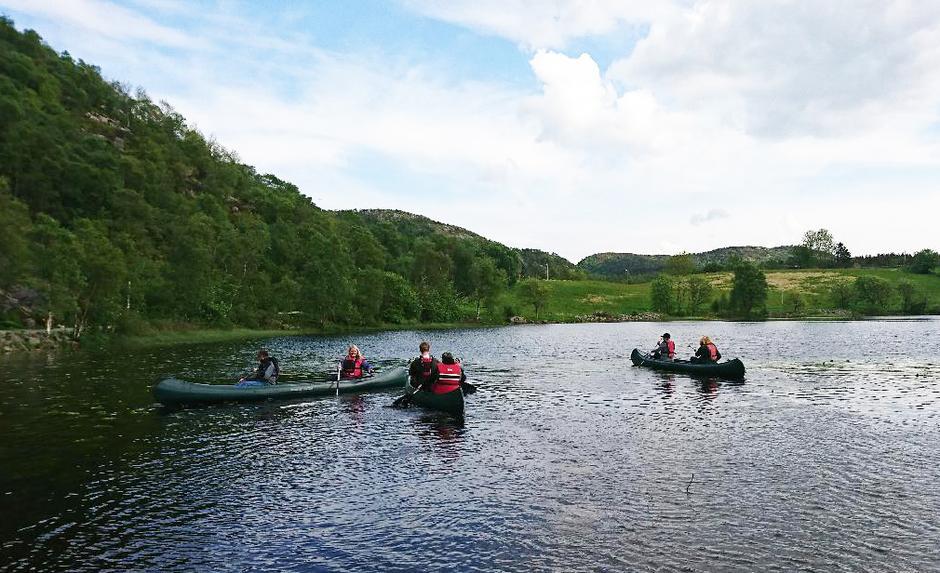 HERLIG: Å padle på stille vann er en ny aktivitet for mange av deltakerne.