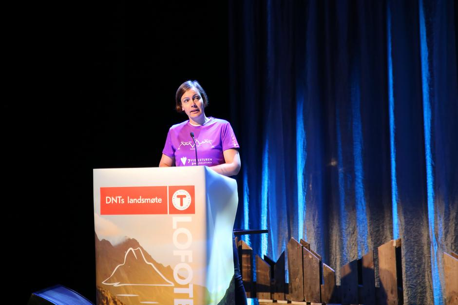 Elisabeth Skage, styreleder i Bergen og Hordaland Turlag, på talerstolen under Turistforeningens landsmøte i Lofoten 2019.