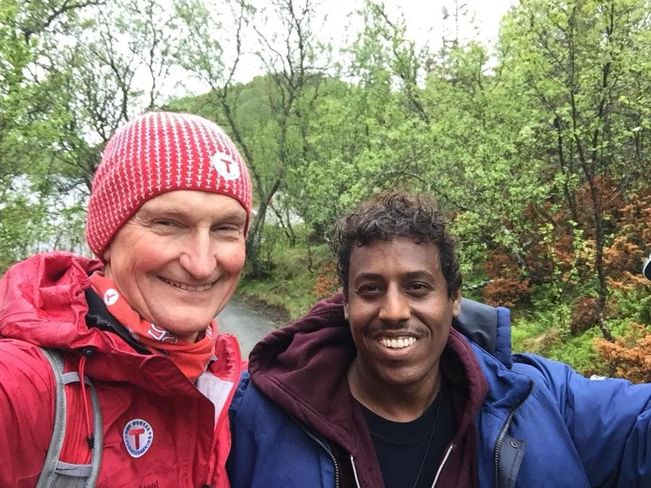 Brede smil til tross for regn og vind hos generalsekretær Nils Øveraas og de andre deltagerne!