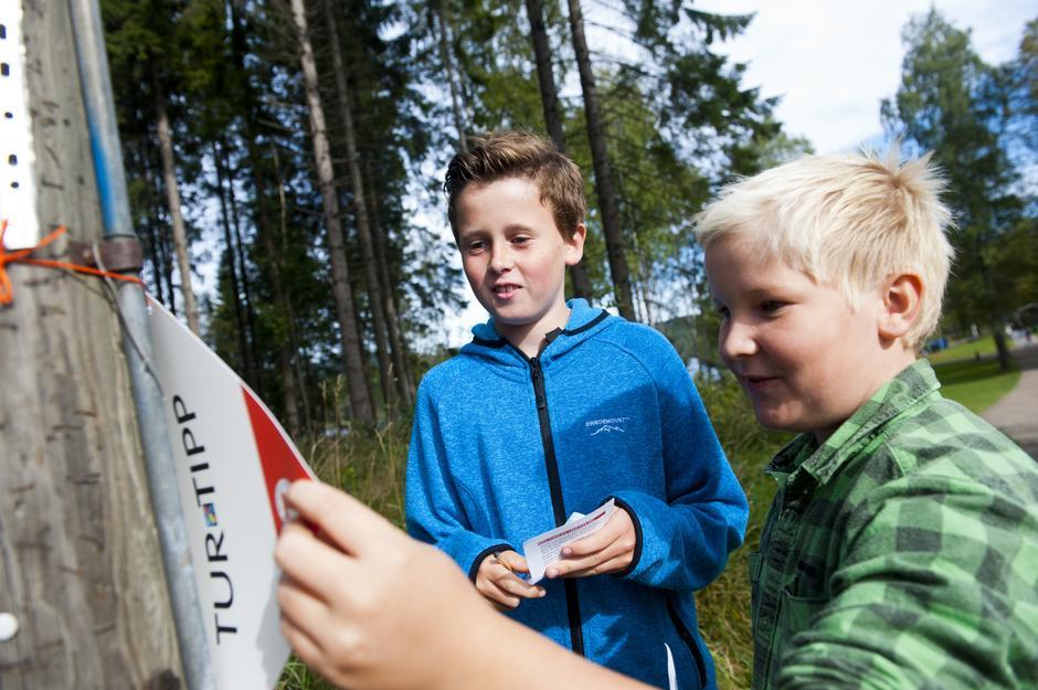 """Emil Tobias Langhus Bye (11) og Oliver Fehn (11)  prøver seg på """"Turtippen""""."""