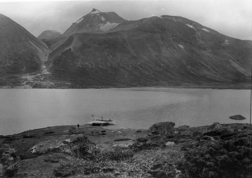 HISTORISK SKYSS: Gjennom mer enn 100 år har Gjendebåten fraktet vandrere inn i hjertet av Jotunheimen. Her fra Gjendebu med Svartdalen i bakgrunnen.
