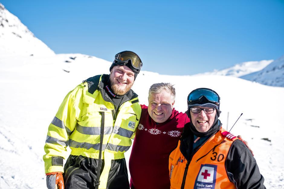 GODE HJELPERE: Eirik Hesjevoll Winge (t.v) og Hans Kristian Sæta (t.h) trådde til da Lars Halvor Finskud trengte hjelp.