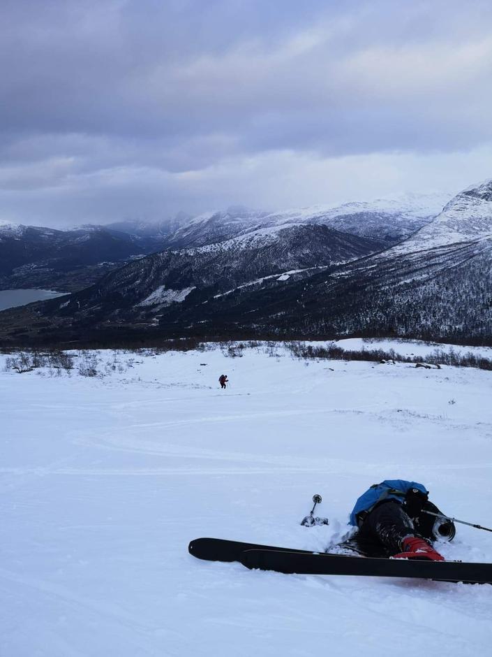 Anonym person på veg ned frå Bærdalsegga. Det er tungt å stå på ski i fokksnø etter lang dag i fjellet.