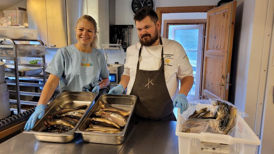 Bestyrer Sonja og bondelagskokk Halvar Ellingsen forbereder middagen, som hovedsakelig er basert på kortreiste råvarer.