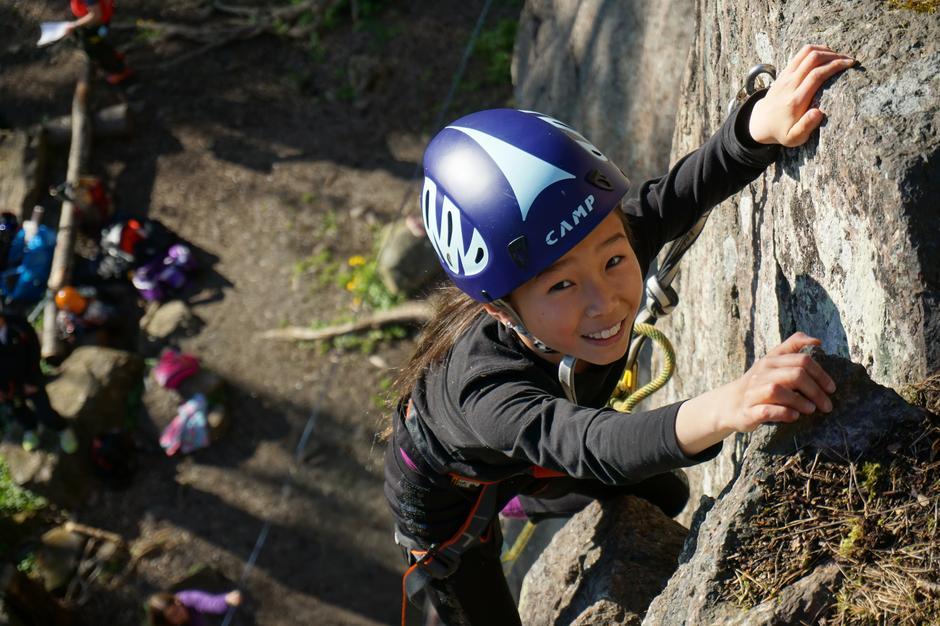 Ida klatrer på Husvik som medlem av Barnas Turlag